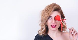 Beau Girl modèle avec Valentine Heart a formé le bâton photographie stock libre de droits