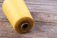 Beau grand écheveau de fil jaune Photographie stock