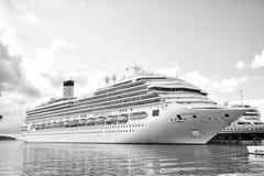 Beau grand bateau de croisière de luxe au mouillage St John, Antigua Images libres de droits