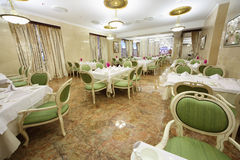 Beau grand restaurant dans l'hôtel Ukraine Photos stock