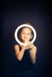 Beau gymnaste de jeune fille tenant un cercle rougeoyant et faisant le geste tranquille Photo stock