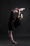 Beau gymnaste faisant des fractionnements Images libres de droits