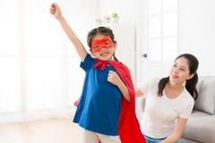 Beau habillement de port de super héros de petite fille Image libre de droits