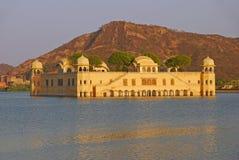 Beau Jal Mahal au milieu de l'homme Sagar Lake dans la ville de Jaipur, capitale du Ràjasthàn, Inde photographie stock libre de droits