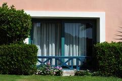 Beau jardin à la station de vacances d'hôtel et bâtiment dans le style arabe traditionnel Architecture de station de vacances en  Photos stock