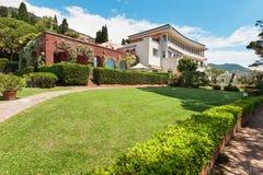 Beau jardin d'une villa Photo libre de droits