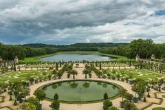Beau jardin dans un palais célèbre Versailles, France Image libre de droits