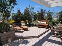 Beau jardin de floraison de dessus de toit dans l'arrangement de ville Image stock