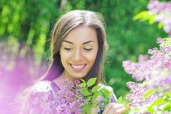 Beau jardin de jeune femme au printemps photos stock