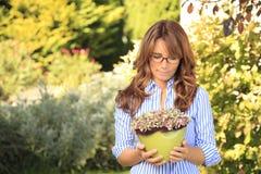 Beau jardinage mûr de femme images libres de droits
