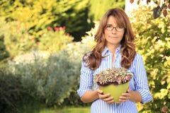 Beau jardinage mûr de femme photo libre de droits
