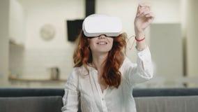 Beau jeu de dame interactif en verres virtuels à la cuisine moderne clips vidéos