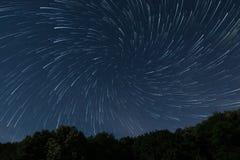 Beau jeu de regards fixes de vortex d'étoiles de beau ciel nocturne, ciel nocturne profond de forêt de jeu d'étoiles Photo libre de droits