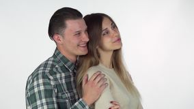 Beau jeune étreindre de couples, regardant l'espace de copie du côté banque de vidéos