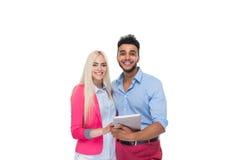 Beau jeune amour heureux de couples embrassant, femme hispanique d'homme à l'aide du calculateur numérique de Tablette Images libres de droits