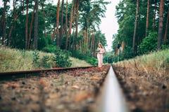 Beau jeune Boho a dénommé la jeune mariée sur le chemin de fer Photos libres de droits