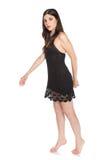 Beau jeune brunette dans une robe noire courte Image libre de droits