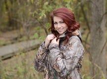 Beau jeune chasseur féminin - camouflage photo libre de droits