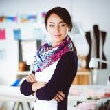 Beau jeune couturier se tenant dans le studio Photographie stock libre de droits