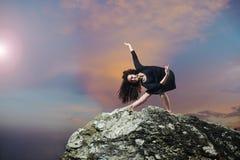 Beau jeune danseur prenant un arc Photographie stock libre de droits
