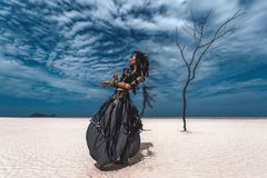 Beau jeune danseur tribal élégant Femme dans le costume oriental dansant dehors photo stock