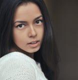 Beau jeune de brune de femme portrait dehors Photos libres de droits