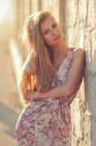 Beau jeune de femme portrait blond dehors près de la mer Photographie stock