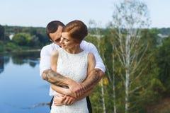 Beau jeune embrassement de couples Images stock
