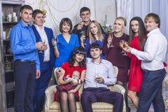 Beau jeune et heureux groupe de personnes amies avec des verres de champagne ensemble à célébrer Photo stock