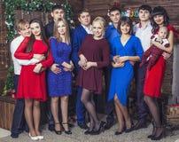 Beau jeune et heureux groupe de personnes amis ensemble à célébrer Image stock
