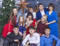 Beau jeune et heureux groupe de personnes amis ensemble à célébrer Photos libres de droits