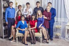 Beau jeune et heureux groupe de personnes amis ensemble à célébrer Photo stock