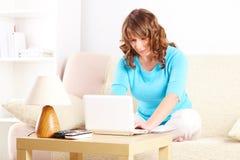 Beau jeune femme à l'aide de l'ordinateur portatif Images stock