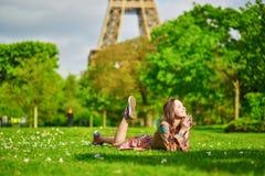 Beau jeune femme à Paris Image stock