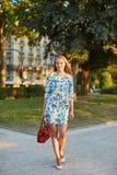 Beau jeune femme à Paris photographie stock