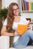 Beau jeune femme affichant un livre Photos libres de droits