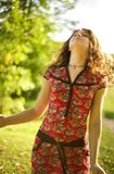 Beau jeune femme appréciant le jour ensoleillé photographie stock