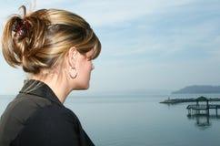 Beau jeune femme au lac Photographie stock libre de droits