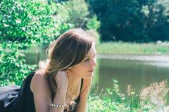 Beau jeune femme au lac Image libre de droits