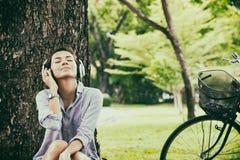 Beau jeune femme avec des écouteurs à l'extérieur images stock