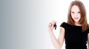 Beau jeune femme avec des clés neuves de véhicule Photographie stock libre de droits