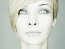 Beau jeune femme avec des plots réflectorisés Photographie stock