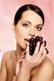Beau jeune femme avec du raisin Photographie stock libre de droits