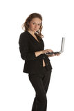 Beau jeune femme avec l'ordinateur portatif Photographie stock libre de droits