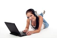 Beau jeune femme avec l'ordinateur portatif Images stock