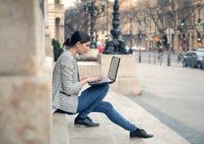 Beau jeune femme avec l'ordinateur portatif photo stock