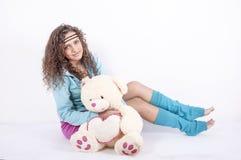 Beau jeune femme avec l'ours mol Photos stock