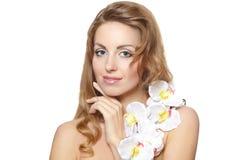 Beau jeune femme avec la fleur blanche Photos libres de droits