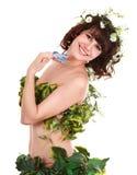 Beau jeune femme avec la fleur et le guindineau. Photographie stock libre de droits