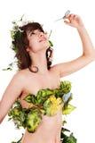 Beau jeune femme avec la fleur et le guindineau. Photos stock